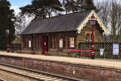 Παραδοσιακός αγγλικός σιδηροδρομικός σταθμός Στοκ φωτογραφία με δικαίωμα ελεύθερης χρήσης