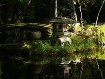 Παραδοσιακός ιαπωνικός κήπος με το φανάρι λιμνών και πετρών Στοκ Εικόνες