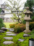 Παραδοσιακός ιαπωνικός κήπος με το φανάρι πετρών και το άσπρο κάστρο Στοκ Εικόνα