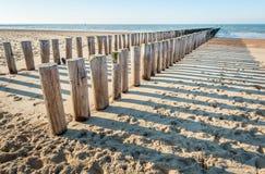 Παραδοσιακός ξύλινος κυματοθραύστης σε μια κενή ολλανδική παραλία Στοκ εικόνες με δικαίωμα ελεύθερης χρήσης