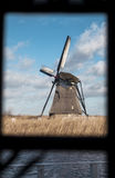 Παραδοσιακός ολλανδικός ανεμόμυλος κοντά στο κανάλι netherlands Ο παλαιός ανεμόμυλος στέκεται στις τράπεζες του καναλιού, και τις Στοκ Φωτογραφίες