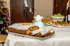 Παραδοσιακός πίνακας Χριστουγέννων με το κέικ, τα φρούτα και τα καναπεδάκια Στοκ Φωτογραφία