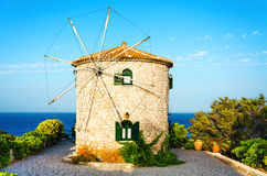 Παραδοσιακός παλαιός ανεμόμυλος της Ελλάδας στη θερινή ημέρα Στοκ Εικόνα