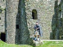 Παραδοσιακός σκωτσέζικος bagpiper στις καταστροφές του κάστρου Kilchurn Στοκ εικόνες με δικαίωμα ελεύθερης χρήσης