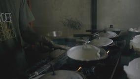 Παραδοσιακός τρόπος το rotti, ινδικά τρόφιμα, αυθεντικός αρχιμάγειρας οδών, Σρι Λάνκα, Weligama, στις 12 Ιανουαρίου απόθεμα βίντεο
