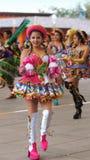 Παραδοσιακός χορός χορού γυναικών της Βολιβίας στο Ciudad Mitad del Mundo turistic κέντρο πλησίον της πόλης του Κουίτο Στοκ Εικόνα
