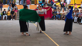Παραδοσιακός χορός χορού γυναικών του Ισημερινού στο Ciudad Mitad del Mundo turistic κέντρο πλησίον της πόλης του Κουίτο Στοκ εικόνες με δικαίωμα ελεύθερης χρήσης