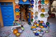 Παραδοσιακό λαμπρά χρωματισμένο εκτεθειμένο κεραμική μέτωπο του καταστήματος, Μαρόκο Στοκ Εικόνες