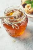 Παραδοσιακό αραβικό επιδόρπιο Baklava με το μέλι και τα καρύδια, εκλεκτική εστίαση Στοκ Φωτογραφίες