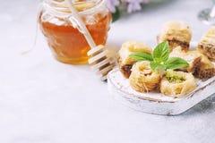 Παραδοσιακό αραβικό επιδόρπιο Baklava με το μέλι και τα καρύδια, εκλεκτική εστίαση Στοκ φωτογραφία με δικαίωμα ελεύθερης χρήσης