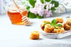 Παραδοσιακό αραβικό επιδόρπιο Baklava με το μέλι και τα καρύδια, εκλεκτική εστίαση Στοκ φωτογραφίες με δικαίωμα ελεύθερης χρήσης