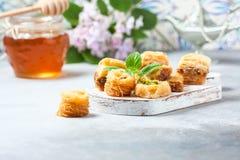 Παραδοσιακό αραβικό επιδόρπιο Baklava με το μέλι και τα καρύδια, εκλεκτική εστίαση Στοκ Εικόνα