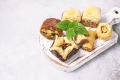 Παραδοσιακό αραβικό επιδόρπιο Baklava με το μέλι και τα καρύδια, εκλεκτική εστίαση Στοκ εικόνες με δικαίωμα ελεύθερης χρήσης