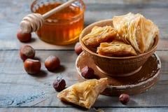Παραδοσιακό αραβικό επιδόρπιο Baklava με το μέλι και τα καρύδια Στοκ φωτογραφία με δικαίωμα ελεύθερης χρήσης