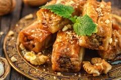 Παραδοσιακό αραβικό επιδόρπιο Baklava με το μέλι και τα ξύλα καρυδιάς Στοκ φωτογραφίες με δικαίωμα ελεύθερης χρήσης