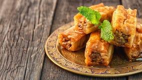Παραδοσιακό αραβικό επιδόρπιο Baklava με το μέλι και τα ξύλα καρυδιάς Στοκ εικόνα με δικαίωμα ελεύθερης χρήσης
