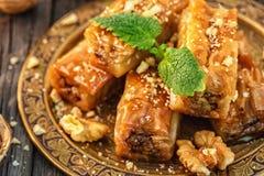 Παραδοσιακό αραβικό επιδόρπιο Baklava με το μέλι και τα ξύλα καρυδιάς Στοκ Εικόνα