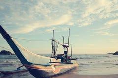 Παραδοσιακό αλιευτικό σκάφος των ψαράδων Sri Lankan που δένεται στο s Στοκ Εικόνες