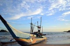 Παραδοσιακό αλιευτικό σκάφος των ψαράδων Sri Lankan που δένεται στο s Στοκ Εικόνα