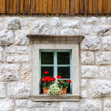 Παραδοσιακό αλπικό παράθυρο πετρών Στοκ Φωτογραφίες