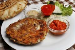 Παραδοσιακό βαλκανικό pljeskavica με ψημένο στη σχάρα το τυρί κρέας με το ψωμί lepinja Στοκ Φωτογραφία