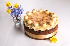 Παραδοσιακό βρετανικό κέικ Πάσχας κέικ Simnel, με το κάλυμμα αμυγδαλωτού και τις παραδοσιακές 12 σφαίρες του αμυγδαλωτού Στοκ Εικόνες
