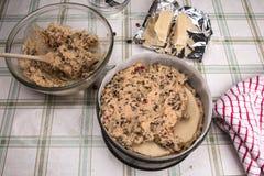 Παραδοσιακό βρετανικό κέικ Πάσχας κέικ Simnel, περισσότερο μίγμα κέικ προστιθέμενο Στοκ Εικόνα