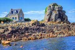 Παραδοσιακό βρετονικό σπίτι πετρών και ο βράχος, Βρετάνη, Γαλλία Στοκ φωτογραφίες με δικαίωμα ελεύθερης χρήσης