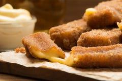 Παραδοσιακό γρήγορο γεύμα - τηγανισμένο τυρί με τη σάλτσα στοκ εικόνα