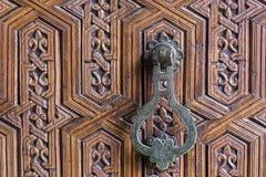 Παραδοσιακό εξόγκωμα πορτών σιδήρου μαροκινό στοκ εικόνα