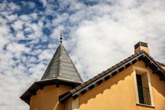 Παραδοσιακό ευρωπαϊκό σπίτι με τους κίτρινους τοίχους Στοκ Εικόνες