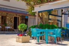 Παραδοσιακό ελληνικό εστιατόριο με τις μπλε καρέκλες στο νησί Kalymnos Στοκ εικόνες με δικαίωμα ελεύθερης χρήσης