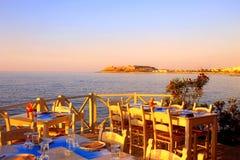 Παραδοσιακό ελληνικό υπαίθριο εστιατόριο στο πεζούλι στην οδό villag Στοκ Φωτογραφία