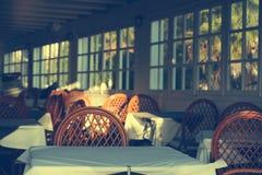 Παραδοσιακό ελληνικό υπαίθριο εστιατόριο στο πεζούλι Στοκ εικόνα με δικαίωμα ελεύθερης χρήσης