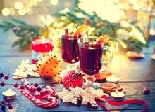 Παραδοσιακό θερμαμένο Χριστούγεννα ζεστό ποτό κρασιού Πίνακας Χριστουγέννων διακοπών Στοκ Εικόνες