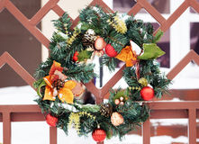 Παραδοσιακό διακοσμητικό στεφάνι πορτών Χριστουγέννων με τους πράσινους κλαδίσκους δέντρων έλατου Στοκ φωτογραφίες με δικαίωμα ελεύθερης χρήσης