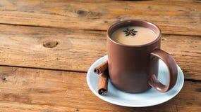 Παραδοσιακό ινδικό μαύρο τσάι Τσάι Masala Καρυκευμένο τσάι με το γάλα Στοκ Φωτογραφίες