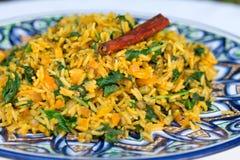 Παραδοσιακό ινδικό πιάτο αποκαλούμενο khichdi με το ραβδί κανέλας Στοκ φωτογραφία με δικαίωμα ελεύθερης χρήσης