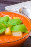 Παραδοσιακό ισπανικό κρύο gazpacho σούπας ντοματών με το βασιλικό και croutons Στοκ Φωτογραφία