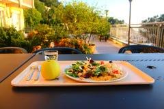 Παραδοσιακό ιταλικό γεύμα σε μια παραλία και σε ένα ηλιοβασίλεμα με το ric Στοκ Φωτογραφία