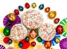 Παραδοσιακό κέικ Πάσχας και χρωματισμένα αυγά με τις διακοσμήσεις Στοκ φωτογραφία με δικαίωμα ελεύθερης χρήσης