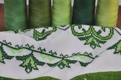 Παραδοσιακό κεντημένο βεραμάν νήμα πετσετών στη στεφάνη Στοκ Εικόνες