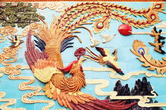 Παραδοσιακό κινέζικο Φοίνικας στον τοίχο, ασιατικό κλασσικό γλυπτό του Φοίνικας Στοκ Εικόνες