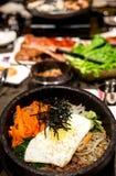 Παραδοσιακό κορεατικό Bibim Bap στο καυτό πέτρινο κύπελλο Στοκ Φωτογραφίες