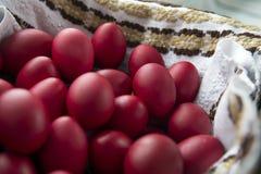 Παραδοσιακό κόκκινο χρωματισμένο αυγό Πάσχας από Bucovina, Ρουμανία Στοκ φωτογραφία με δικαίωμα ελεύθερης χρήσης