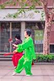 Παραδοσιακό ντυμένο Tai γυναικών practicig Chi, Σαγκάη, Κίνα Στοκ Φωτογραφίες