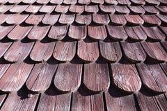 Παραδοσιακό ξύλινο κεραμίδι στεγών του παλαιού σπιτιού Στοκ εικόνες με δικαίωμα ελεύθερης χρήσης