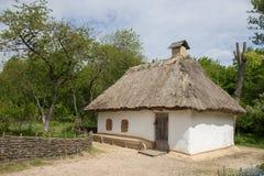 Παραδοσιακό ουκρανικό παλαιό σπίτι με τη στέγη αχύρου στοκ φωτογραφία