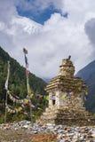 Παραδοσιακό παλαιό βουδιστικό stupa στο οδοιπορικό κυκλωμάτων Annapurna Στοκ Φωτογραφίες
