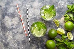 Παραδοσιακό ποτό διακοπών ταξιδιού της Κούβας κοκτέιλ Mojito με το ρούμι, πάγος, μέντα, φέτες ασβέστη στο γυαλί highball Στοκ Εικόνα
